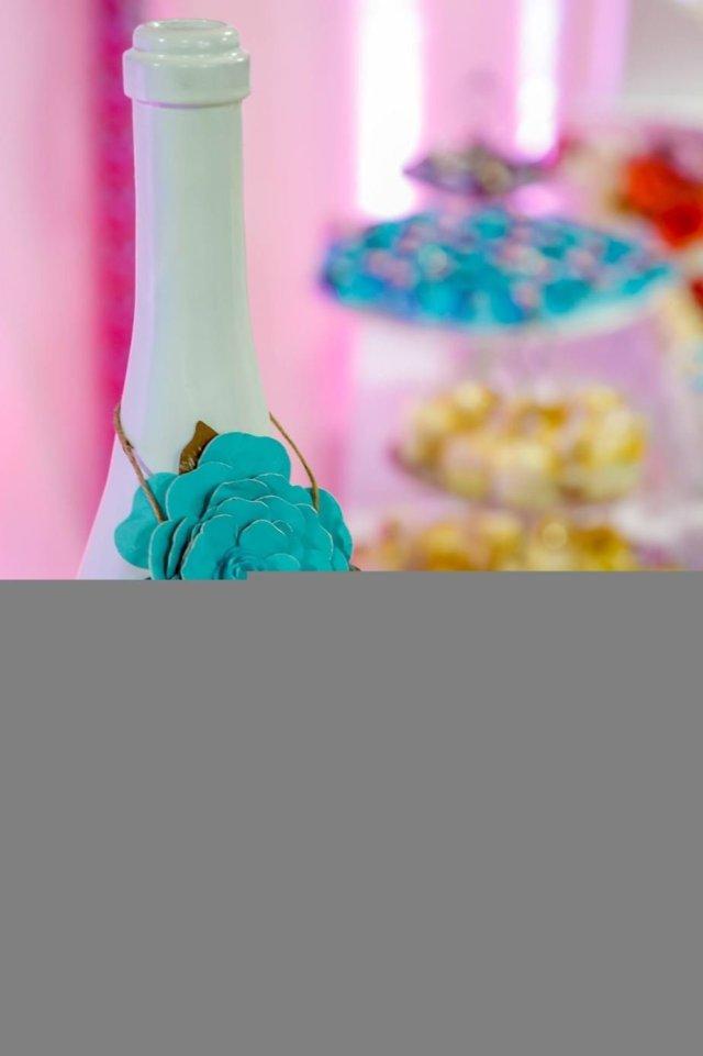 Detalhes da garrafinha, azul, rosa e branco