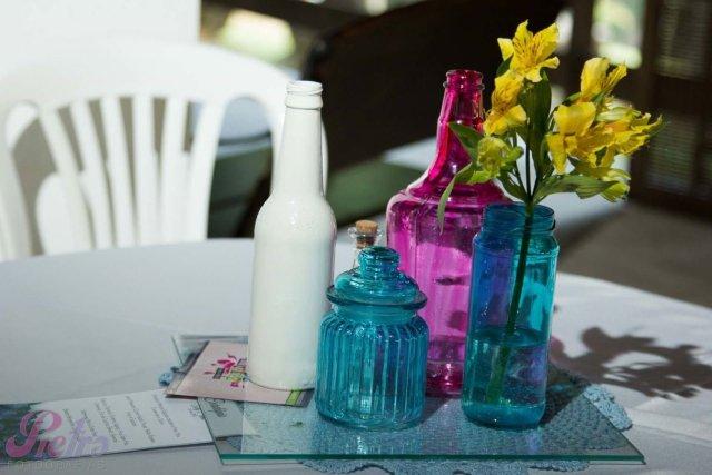 Centros de mesas de garrafinhas nas cores azul, rosa e branco