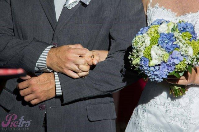 Noivos de mãos dadas apertando um a mão do outro