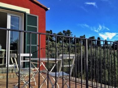 casa-novaro-imperia-appartamento-corbezzolo-vacanza-tavolino