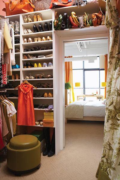 un armario para dividir el espacio en el dormitorio