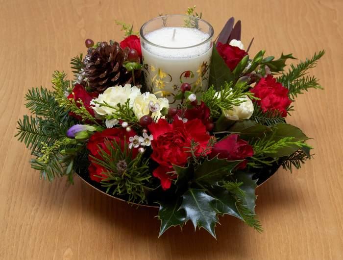 centro-de-mesa-navidad-bolas-flores-velas-fuente