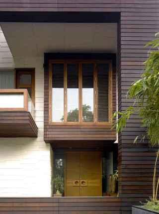 fachada con madera