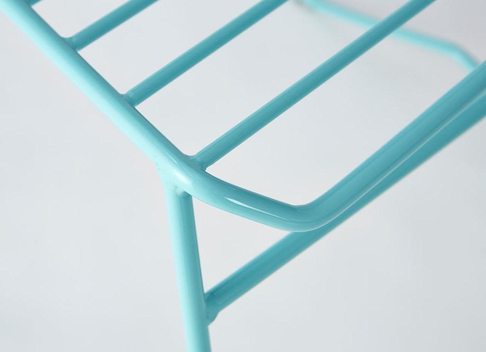 sillas de alambre con colores