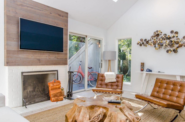 interior con distintos revestimientos en las paredes y suelo