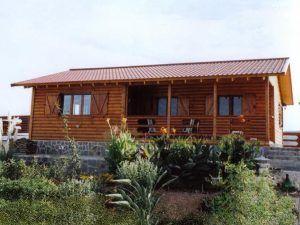 jardín de una casa de madera en Casas Carbonell