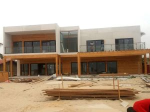 construcción de casa de madera en Angola
