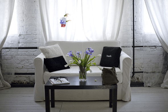 sofa-flowers-tulips-white-room
