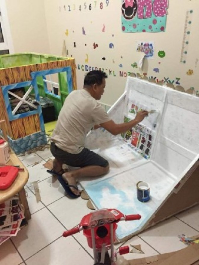 grandfather-builds-cardboard-playhouse-for-his-littler-grandaughter-7__700-338x450