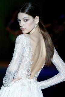 Vista detalle de espalda pronunciada, vestido con tela bordada. ISABEL ZAPARDIEZ (Facebook)