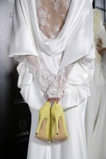 Fotos del backstage de Isabel Zapardiez antes del desfile. Vestido que combina drapeado en la espalda con encaje. ISABEL ZAPARDIEZ (Facebook).