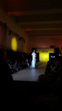 Vista de perfil de vestido entallado a la cintura, con espalda con detalle y cuerpo tipo capa. ALICIA ARZA.