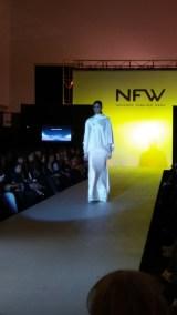 Vista delantera de vestido con espalda drapeada y encaje. ALICIA ARZA.