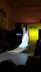 Vista trasera de vestido con espalda con transparencias, escote en V y corte imperio. ALICIA ARZA.