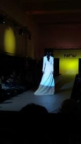 Vista trasera de vestido estilo abrigo, con manga larga, abertura y detalle de falda interior de encaje. ALICIA ARZA.