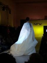 Espalda del último vestido del desfile, de corte sirena, escote drapeado y capa con cola. ALICIA ARZA.