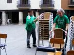 Algunos de nuestros compañeros empiezan a instalar un aula improvisada al aire libre de nuestra Plaza Mayor.
