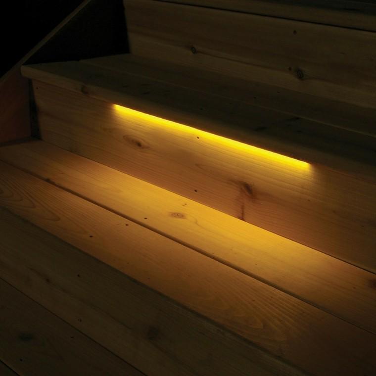 escalones madera luz amarilla detalle