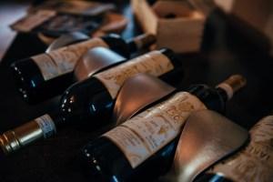 Bottiglie di vino delle langhe