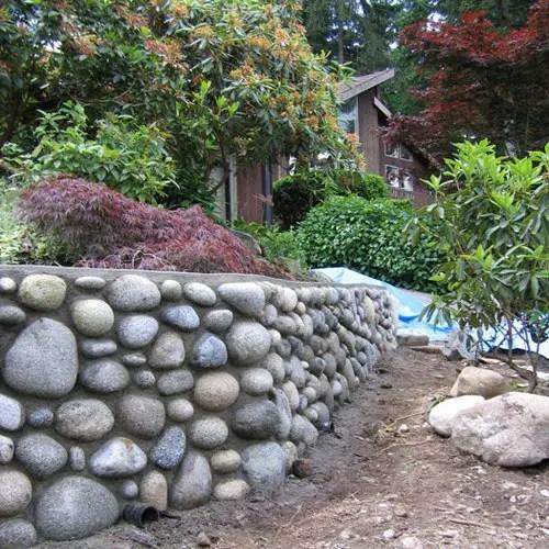 Garduri placate cu piatra de rau in gradina