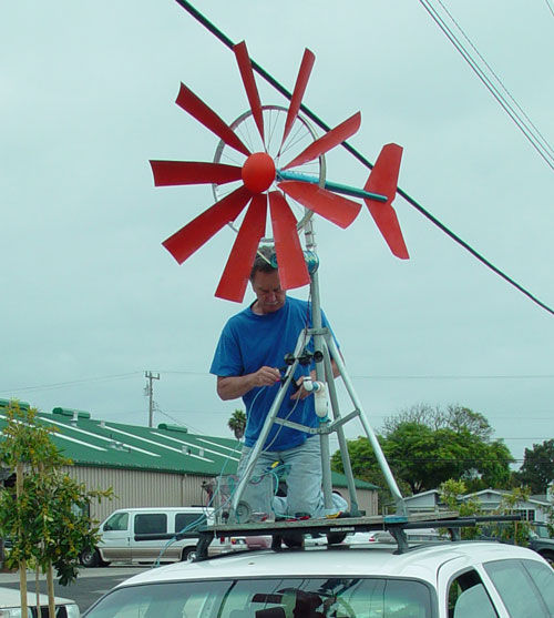 Centrala eoliana homemade - americanul Ted Baer si-a construit singur turbina pornind de la roata unei biciclete