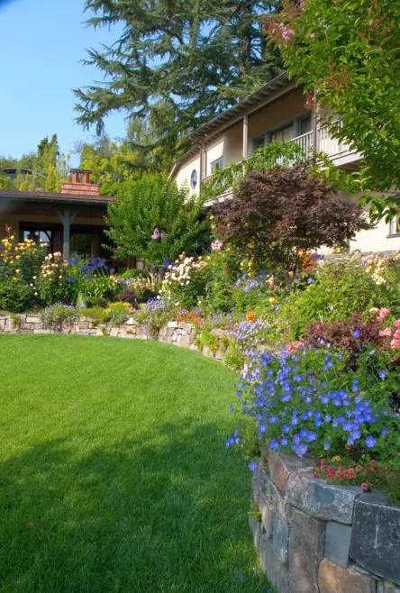aranjamente de gradina cu pietre si flori Stone and flower garden design ideas 7