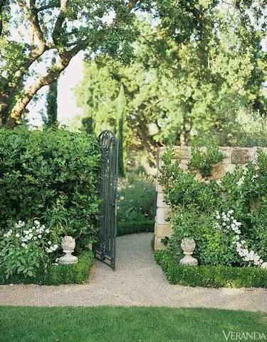 Gradini in stil francez - porti de fier, miese din piatra, vase din metal sau teracota