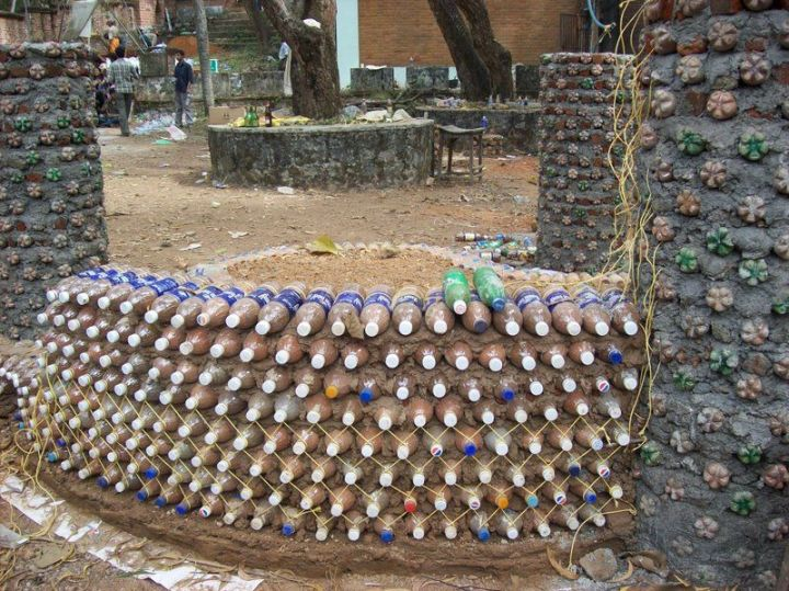 constructia unei case din pet-uri building a house with plastic bottles 5