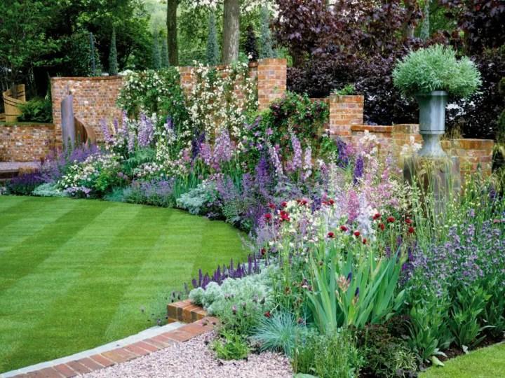 gradini amenajate cu gazon si flori Flower and lawn landscaping ideas 4