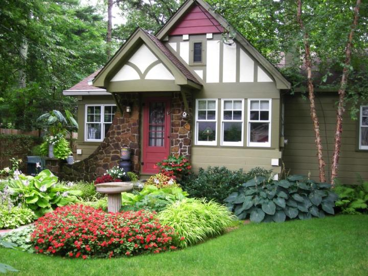 gradini amenajate cu gazon si flori Flower and lawn landscaping ideas 6