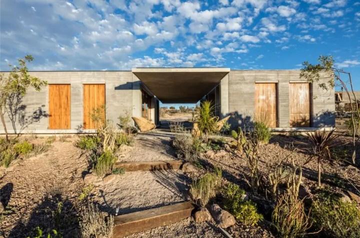 Casa din pamant tasat - pamant si lemn, intr-o combinatie estetica