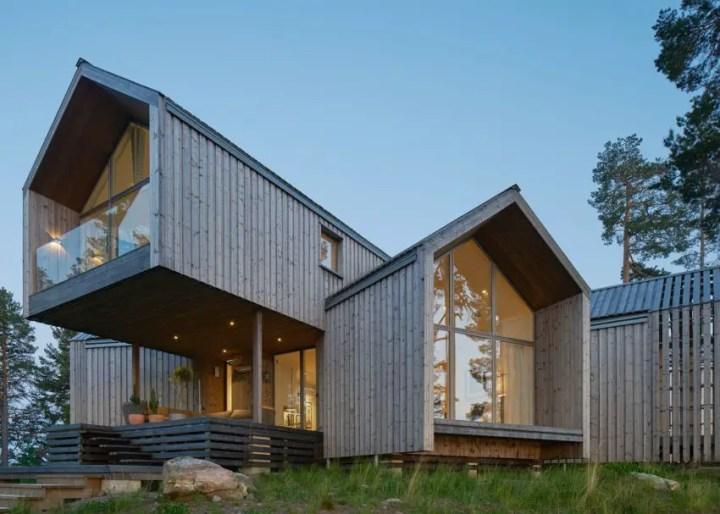 Casa in forma de stea - lemn, sticla si interioare care se contopesc cu natura de afara