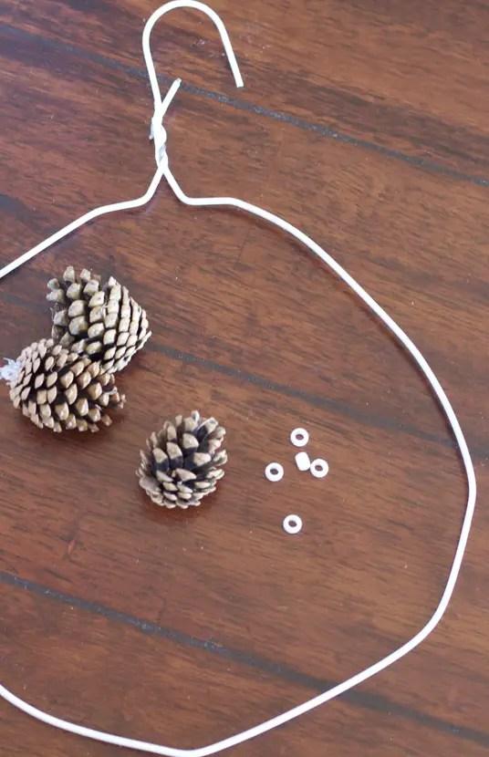 decoratiuni de iarna din conuri de brad coroana suport