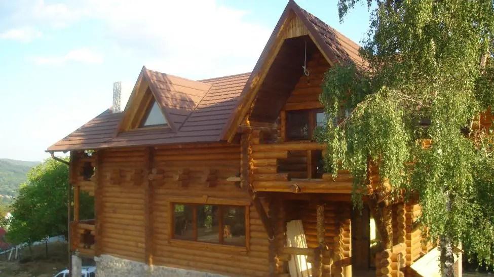 Case traditionale din lemn ca pe vremea bunicilor dar cu for Case de lemn rotund