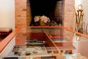La saleta d'estar, al voltant de la llar de foc