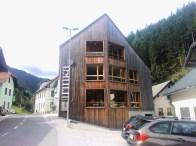 Hiša Rinka sredi vasi.