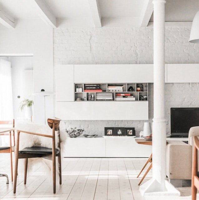 Soggiorno scandinavo, moderno ed elegante, con arredamento e decorazioni nei colori neutri a base di grigio e beige. Tonalita Di Bianco Per Pareti Fresche E Luminose Casina Mia