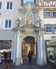 Der Eingang zu St. Gangolf. (© casowi)