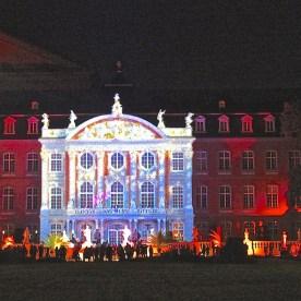 """""""Binary Patina 4"""" – eine interaktive Fassadenprojektion am Kurfürstlichen Palais. (© casowi)"""