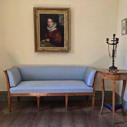 Biedermeierlich sitzen im Wohnzimmer ... (© casowi)