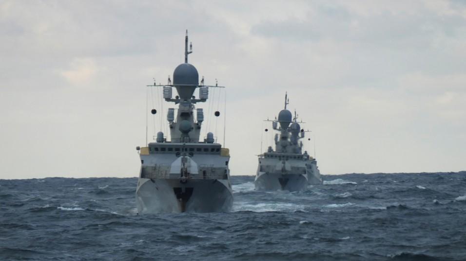 Около 20 кораблей Каспийской флотилии вышли в море на зачетное учение