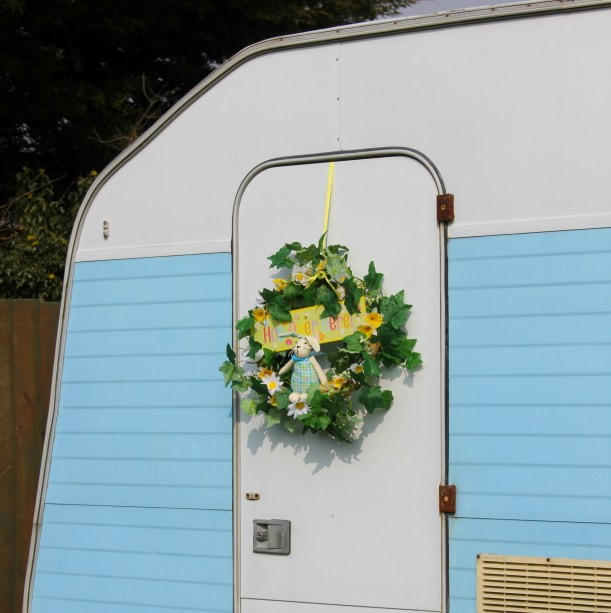 diy spring wreath on caravan door by Cassiefairy