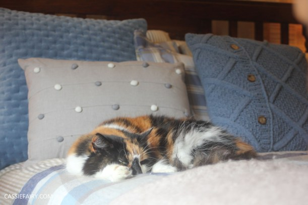 interior design - cosy autumn winter bedroom styling idea inspiration festive-9
