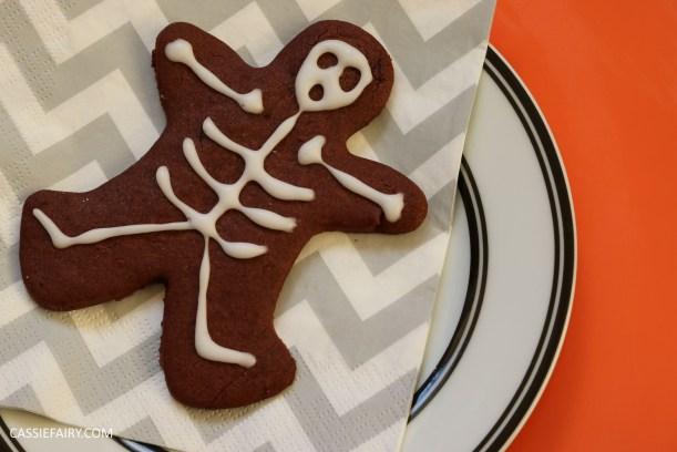 diy-halloween-cookie-recipe-chocolate-gingerbread-men-skeletons-treat-dessert-pudding-11