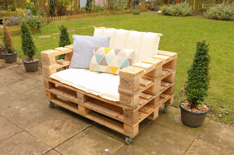 How to make a DIY pallet bench for your garden