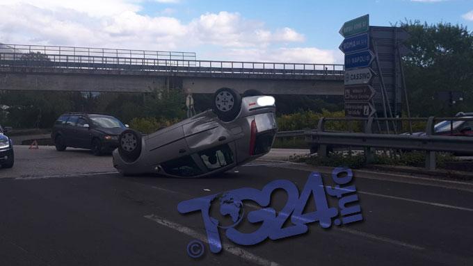Cassino – Un'auto si ribalta sulla rampa di accesso alla superstrada