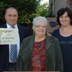 fot Lina Cremonini e Marisa premiano il primo classificato: il poeta di Assisi Fiorenzo Fiorentini