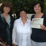 fot Carla e Marisa premiano Antonella Simoncini, diploma di merito