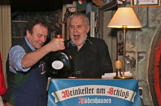 Karl Graf zu Castell-Rüdenhausen bedankt sich bei Gunther Emmerlich