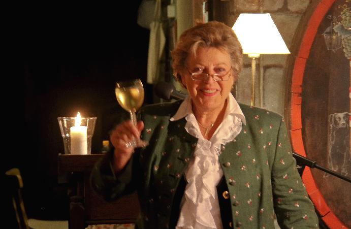 Marie-Luise Marjan hebt das Weingals